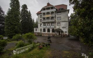 Za okny déšť, uvnitř ticho. Vítejte v Grandhotelu Waldlust!